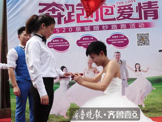 男生反串穿婚纱求爱,女孩大为感动