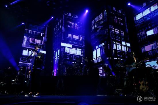 """李荣浩北京演唱会开唱 大玩""""影子戏""""创全新视觉体验"""
