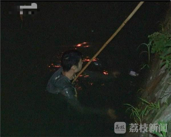 南京一男子醉酒落水 环卫工跳河救人