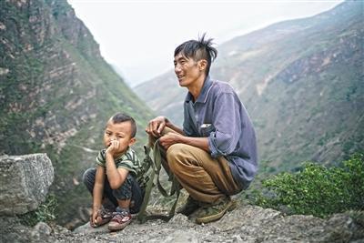 四川悬崖村:孩子上学爬藤梯 多名村民摔死 - 海阔山遥 - .