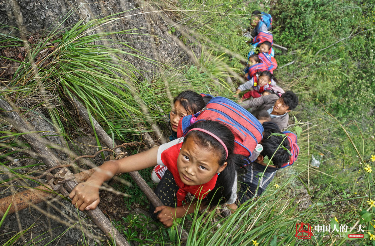 悬崖上的村庄:孩子爬藤梯上学