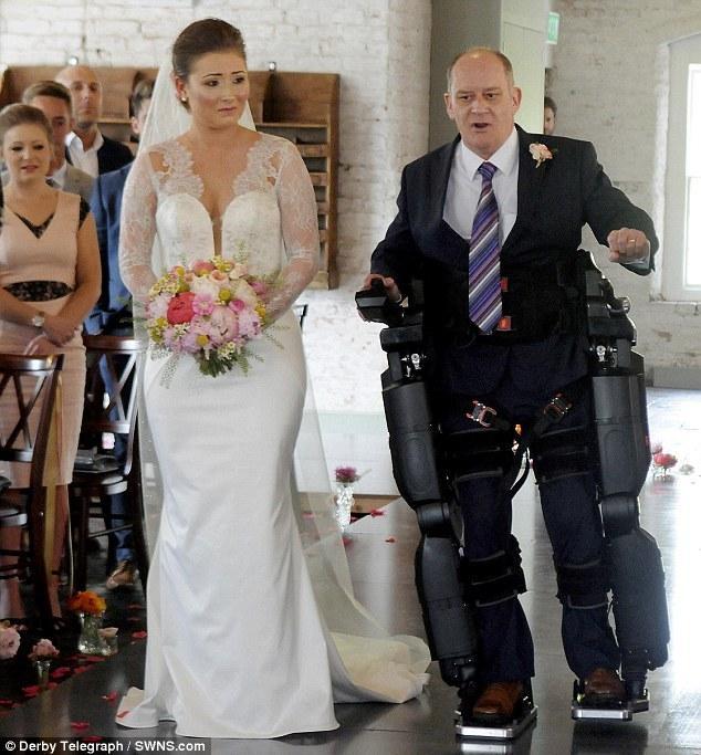 瘫痪父亲靠 85 万元仿生腿 陪女儿走婚礼红毯
