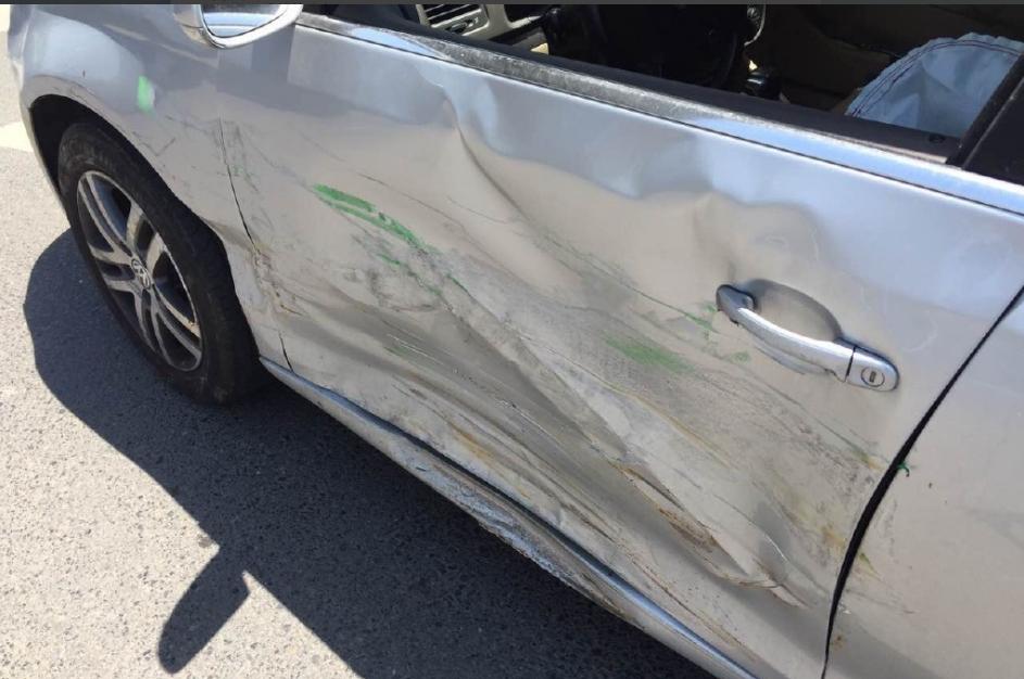 租车撞上了一辆大众轿车,导致出租车车头被撞扁,大众轿车驾驶图片