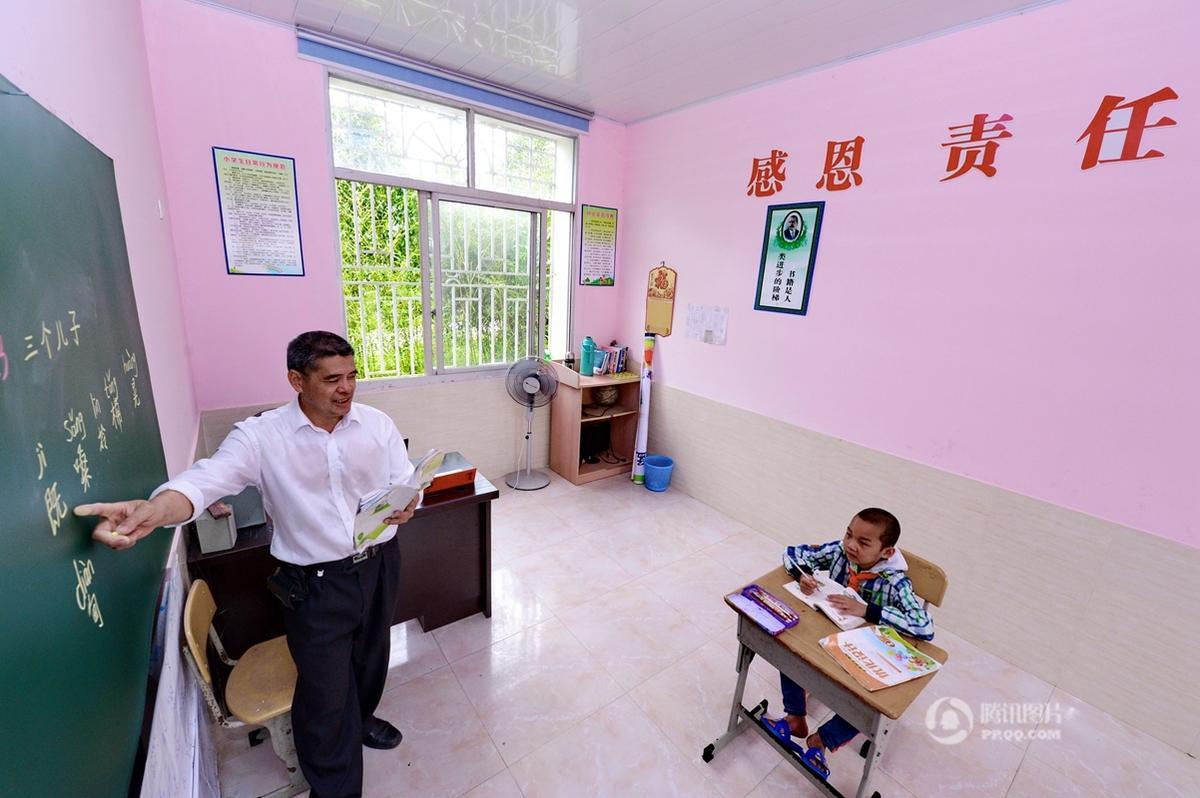 福建一乡村小学仅剩一位学生,老师坚持上课