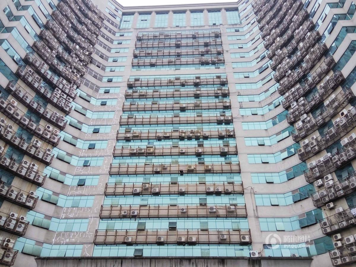 福州一大厦外墙悬挂600台空调外机 场景震撼(图)
