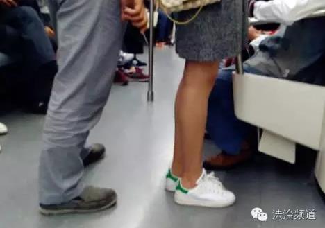 女子地铁上抽猥琐男_\