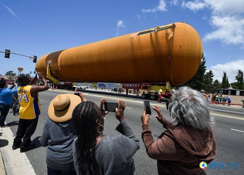 """围观者正在拍摄ET-94航天飞机燃料箱,它是""""奋进号""""航天飞机的"""