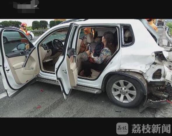 高速路上货车追尾小轿车 致2人死亡高清图片