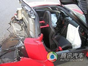 买下这辆撞废的法拉利恩佐后,委托开汽车改装店的朋友进行修理,高清图片