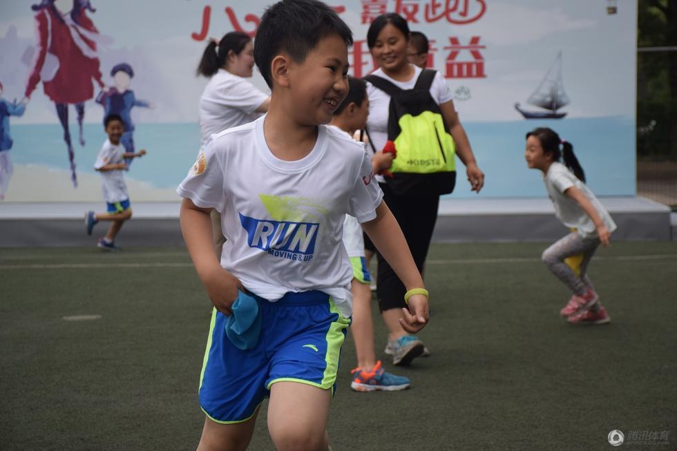 跑步也快乐 央视名嘴同孩子们共度六一