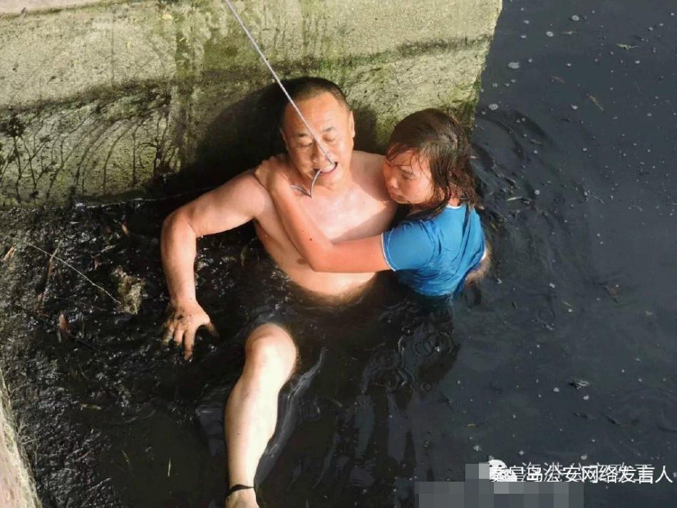 女子轻生跳河 民警咬绳跳水相救
