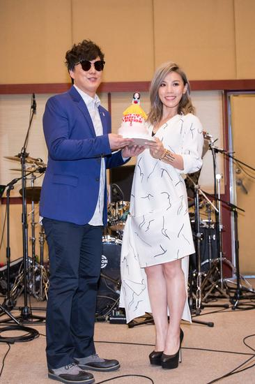 李佳薇为新歌演唱会暖身 萧煌奇手捧蛋糕现身