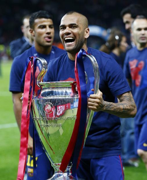 【三捧欧冠与世俱杯】 2015年6月6日,阿尔维斯跟随巴萨在欧冠决赛