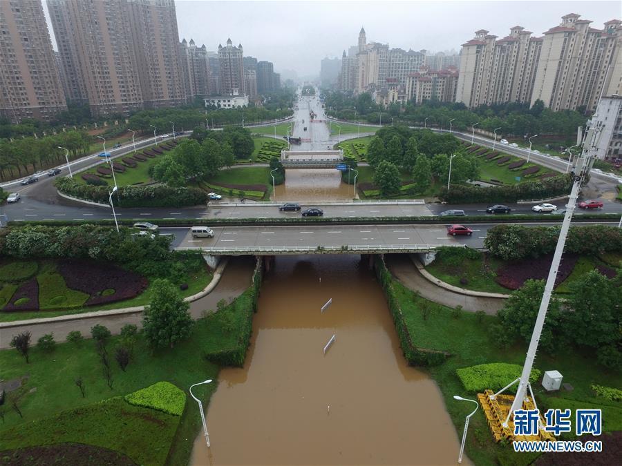 南昌市丰和立交桥下积水有近2米深(6月2日摄). 6月2日,江西省