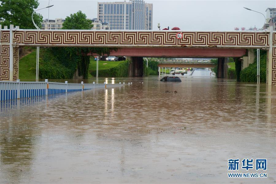 6月2日,南昌市丰和立交桥下一辆车被困水中. 当日,南昌市遭遇