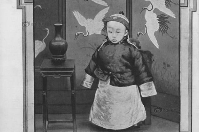 史】这是两岁的溥仪在他父亲载沣的家,位于后海北沿的醇亲王府.
