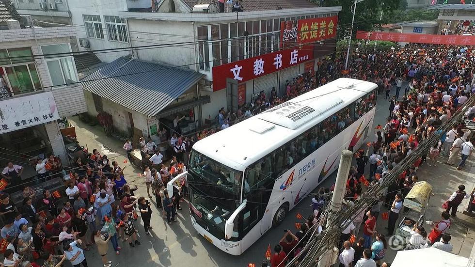 安徽毛坦厂中学万人送考场面壮观 - 海阔山遥 - .