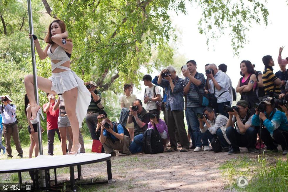 美女教师钢管舞舞动公园 性感身姿引众人围观2016.6.6 - fpdlgswmx - fpdlgswmx的博客