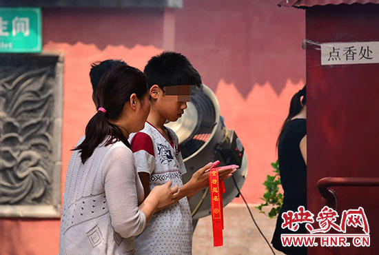 女生为考试成功跪拜城隍 愿2年不恋爱3月不吃荤2016.6.7 - fpdlgswmx - fpdlgswmx的博客