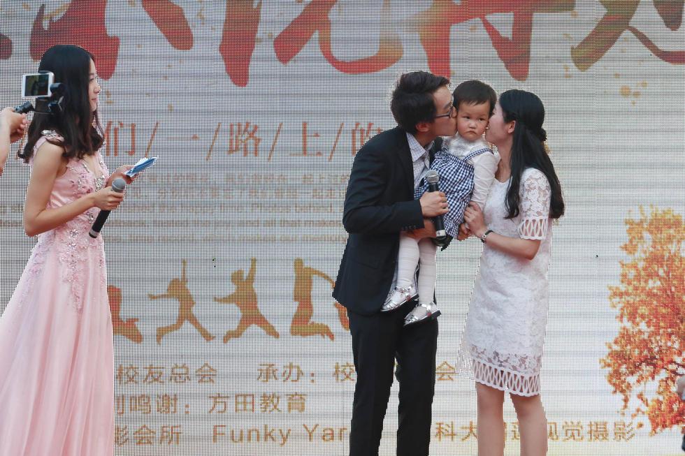 中科大男博士抱娃携妻走毕业红毯 现场尖叫连连 - 海阔山遥 - .