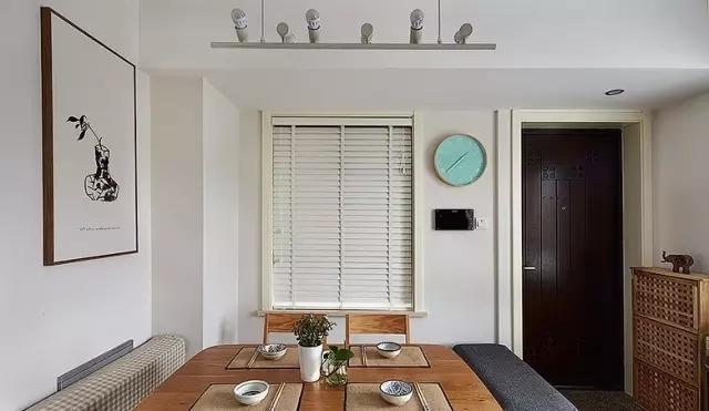 ▲百叶窗帘比起布艺的窗帘更加简洁,夏天的午后,关闭百叶窗,隔图片