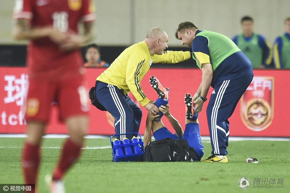 哈萨克斯队球员倒地不起-慎入 国足对手脚踝严重变形 险酿冲突图片