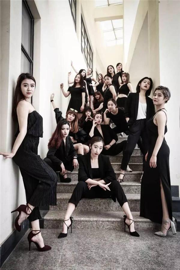 山东大学威海校区12级舞蹈编导专业的姑娘们穿上酷酷的黑衣黑裙,图片