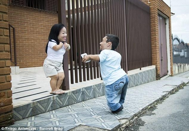 世界最矮夫妻来自巴西 身高不足0.9米 - 海阔山遥 - .