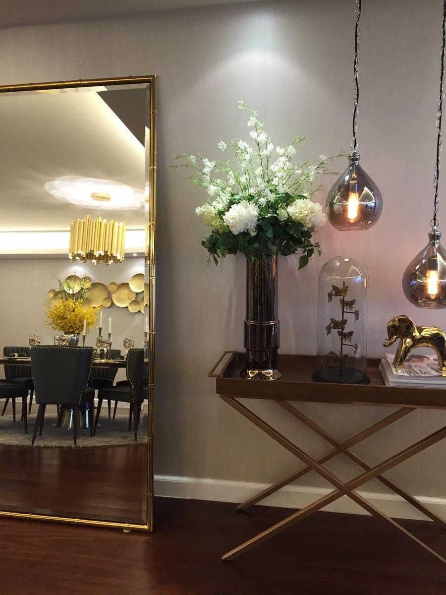 客厅沙发的边角柜旁边放置一面镜子,奢华而不繁琐.-蜗居在上海围