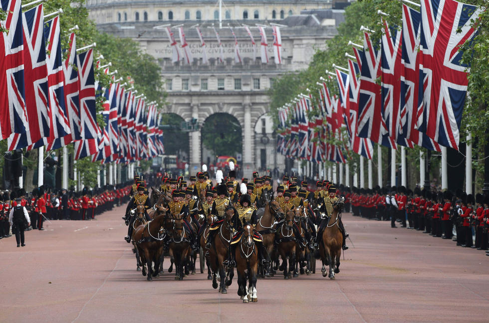 英国举行阅兵式为女王庆生 一名士兵现场晕倒2016.6.12 - fpdlgswmx - fpdlgswmx的博客