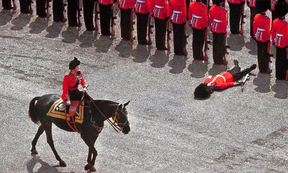 士兵晕倒最经典的一幕,这一幕发生在1970年,女王骑马阅兵,士图片