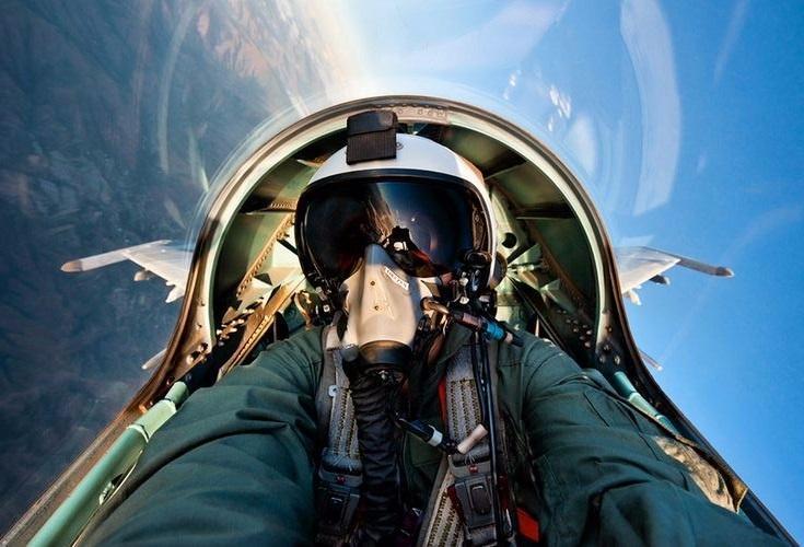 组图:帅你一脸血 战斗机飞行员自拍照图片