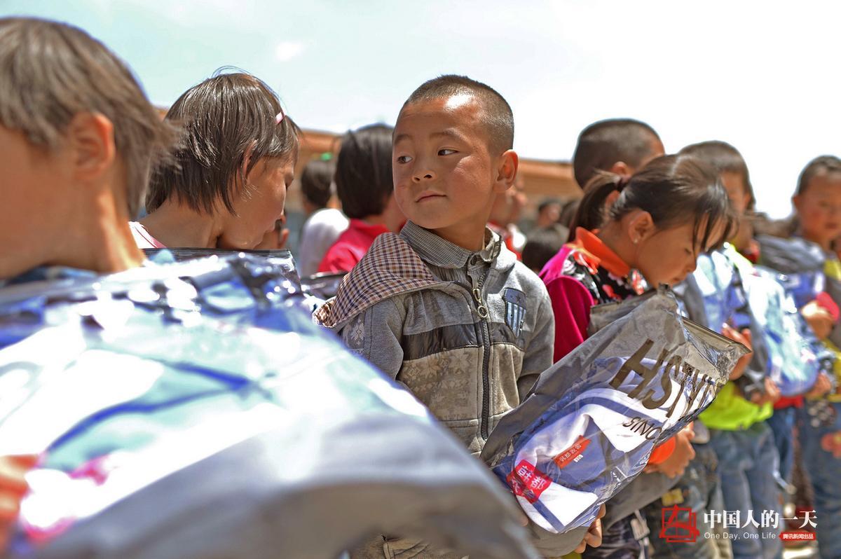 今年六一儿童节,又有爱心人士为新庄子村小的孩子们送去了六一儿童