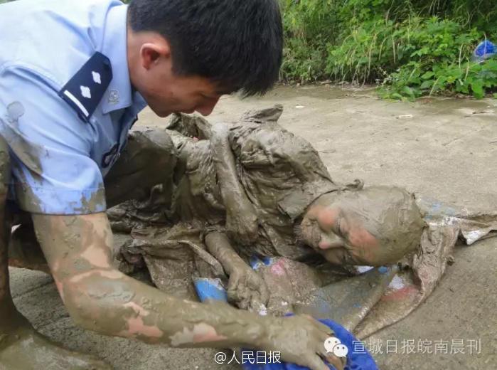 70岁老人深陷淤泥12小时 只为捡1只矿泉水瓶 - 海阔山遥 - .