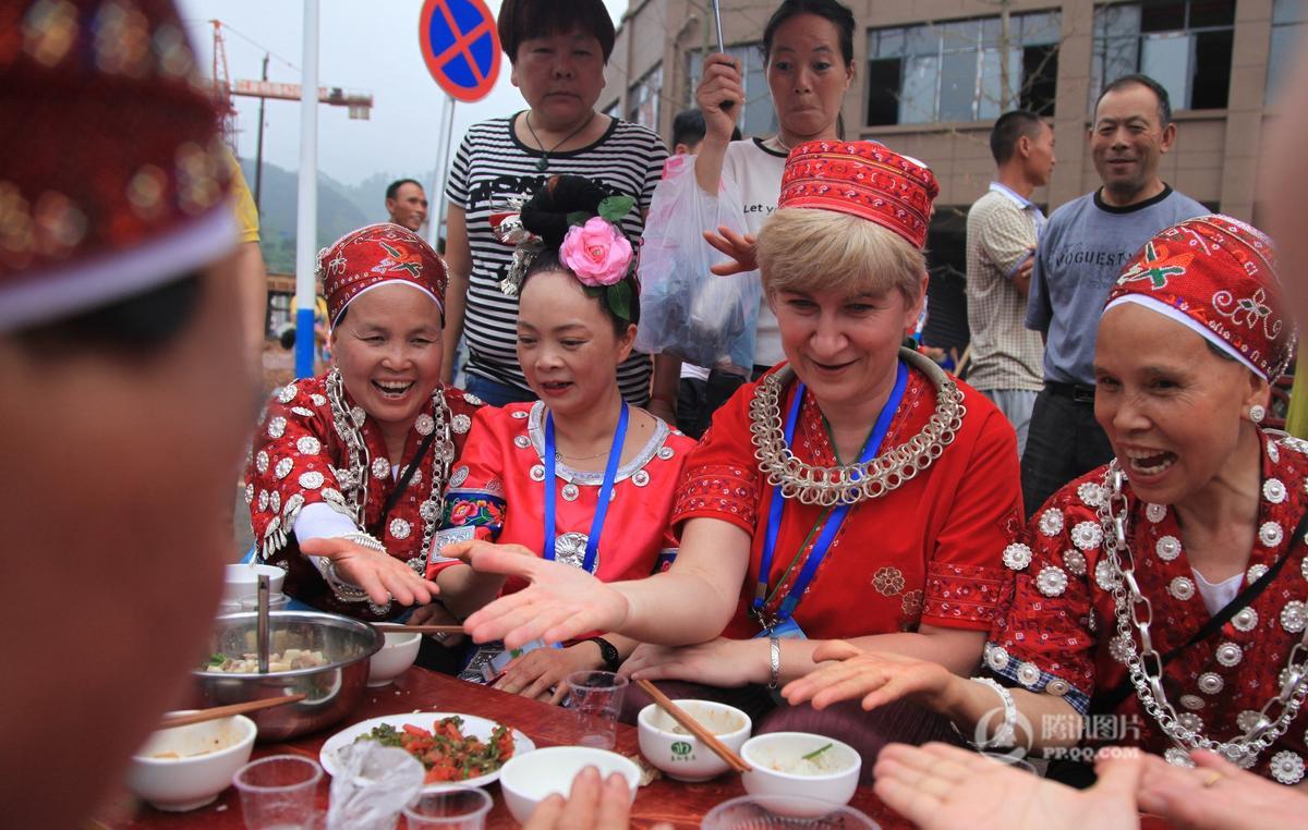 贵州施秉姑妈集体回娘家 办500米万人长桌宴 - 海阔山遥 - .