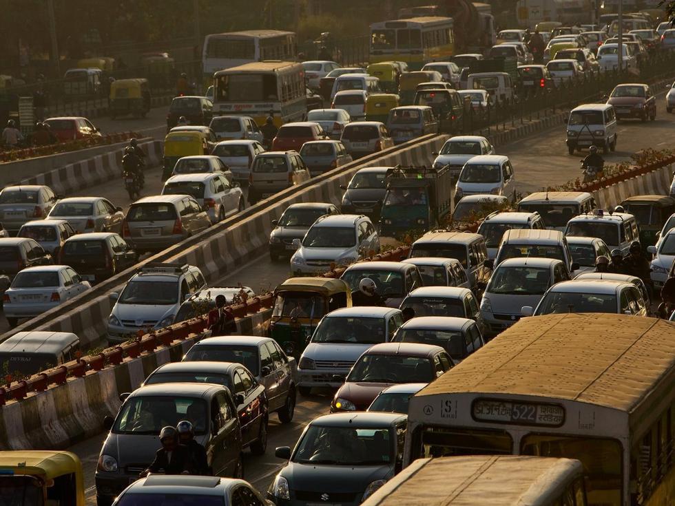 于印度.印度的人口居全球第二位,新德里的工人也非常的勤奋.新
