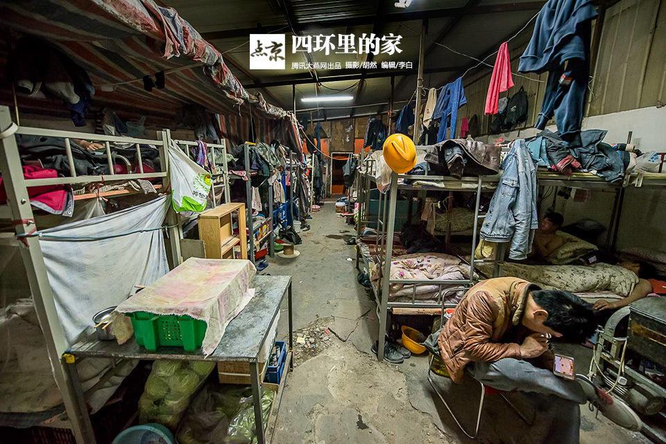 【图说底层】北京民工宿舍如集市 100平米挤50人