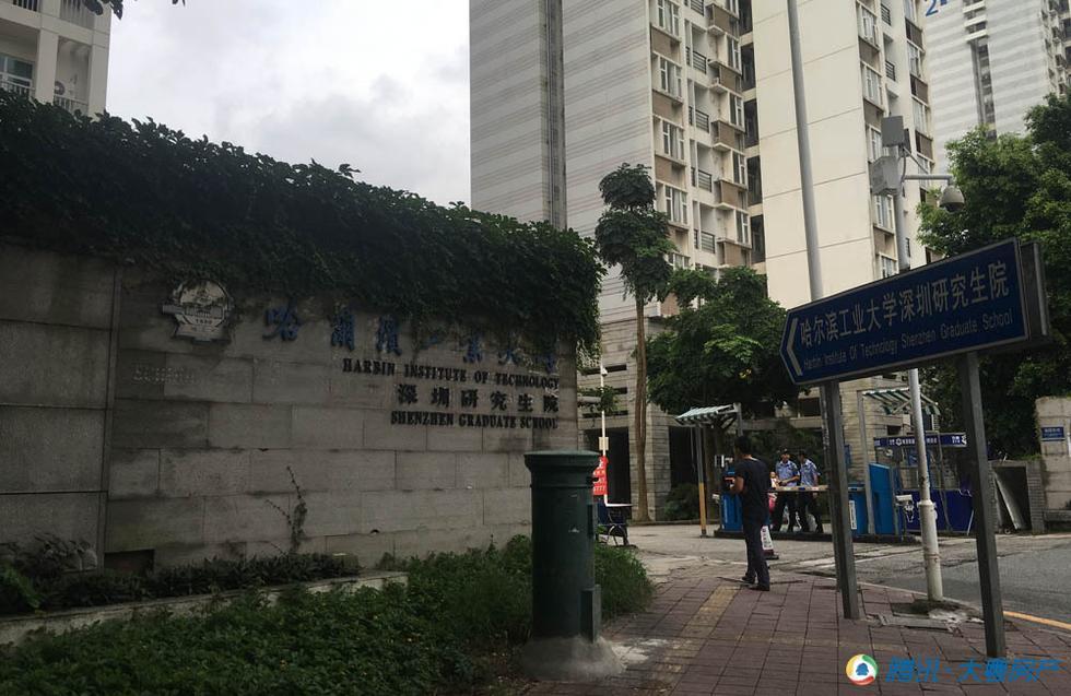 哈尔滨工业大学深圳研究生院校门,绿植的映衬下很有古朴的感觉.-图片