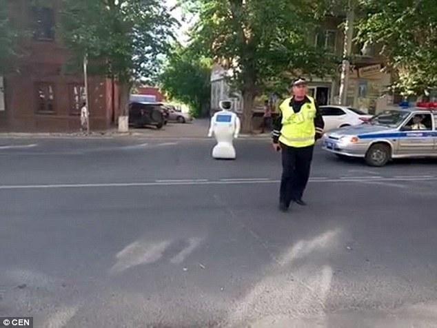 工程师忘关门机器人出逃 没电后孤单站在大街上 - 海阔山遥 - .