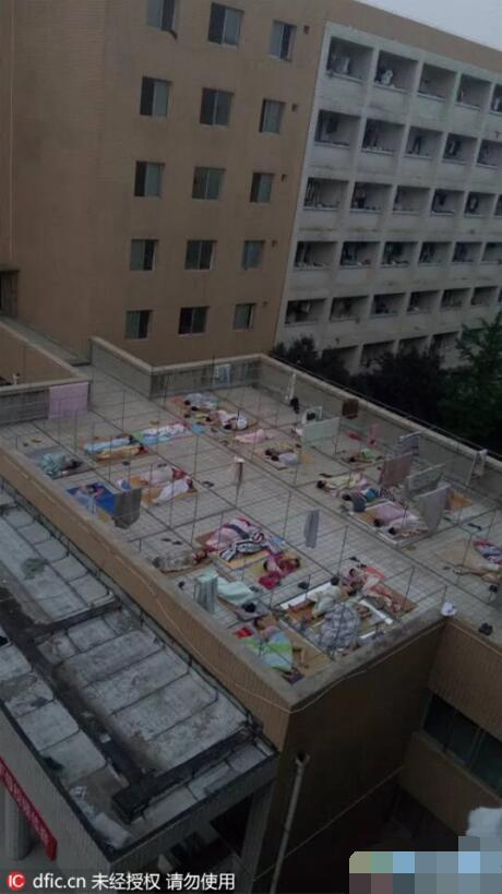 0日,在河南省洛阳理工学院内的室外走廊上,大学生为避暑在地板