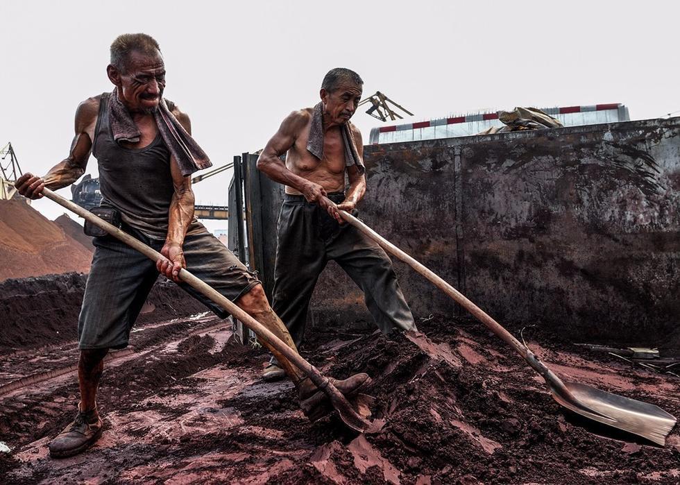 实拍钢厂民工生存现状: 一人卸300吨货每吨6毛 - 海阔山遥 - .