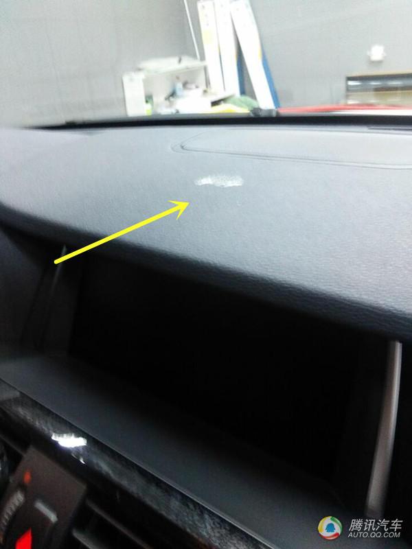 点,这种胶会和汽车仪表饰板粘在一起,严重的会老化.这就悲剧了-