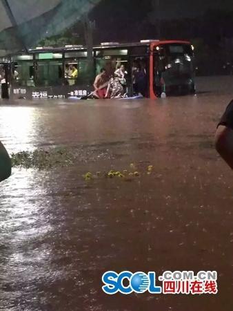 """四川宜宾暴雨 """"划船哥""""救了一公交车的人 - 海阔山遥 - ."""