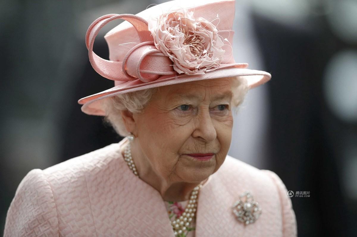 英国两岁男童给女王献花后竟嚎啕大哭图片