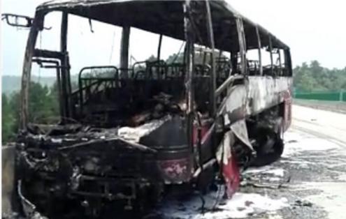 宜凤高速大巴车起火 现场浓烟滚滚