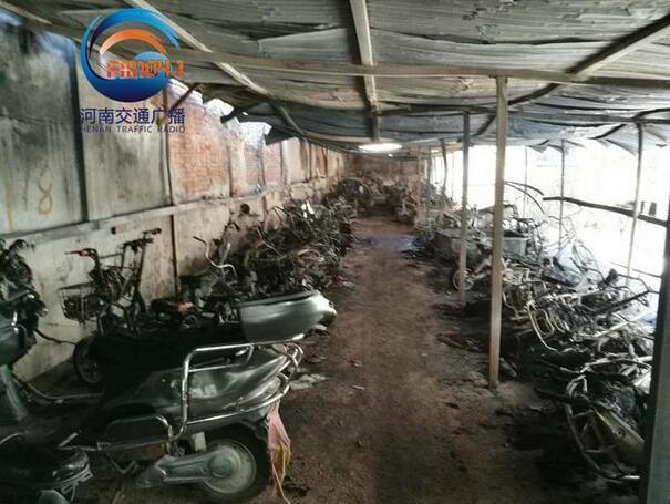 郑州一小区充电车棚起火 几十辆电动车成骨架