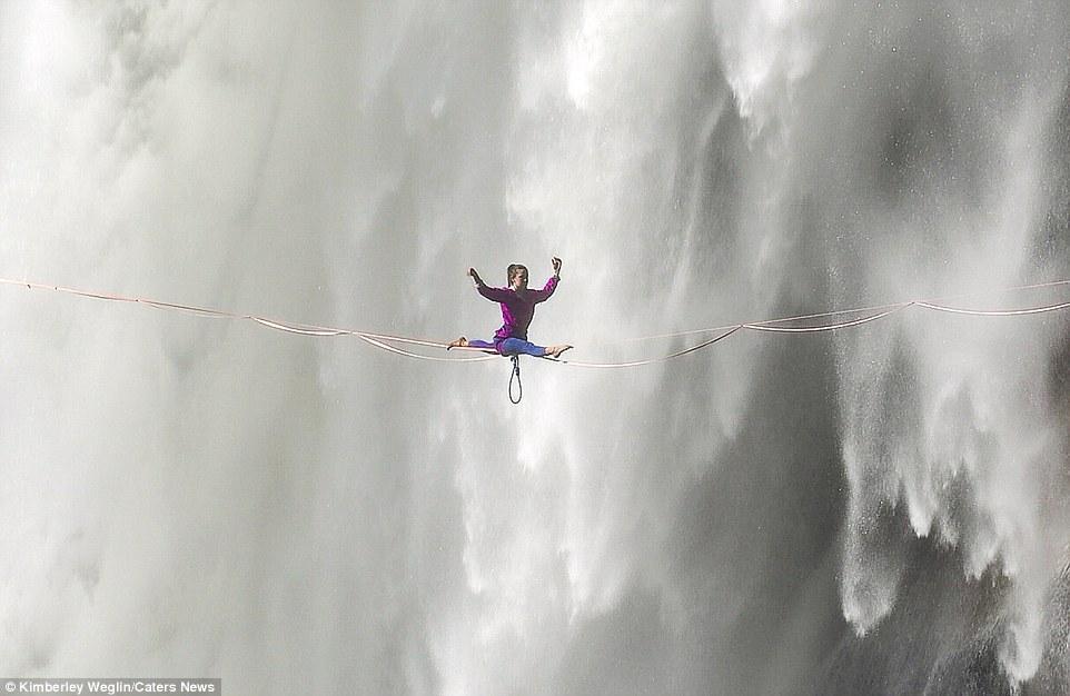 美国瑜伽女湍急瀑布前走扁带 高空秀一字马 - 海阔山遥 - .