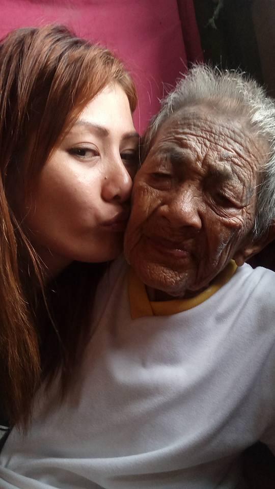 菲女孩照顾 98 岁奶奶不离不弃,网上晒照引泪崩
