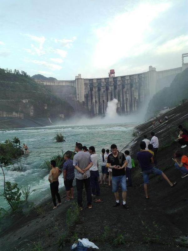 湖北一水电站大坝18年来首次泄洪 大鱼被冲掉头 - 海阔山遥 - .