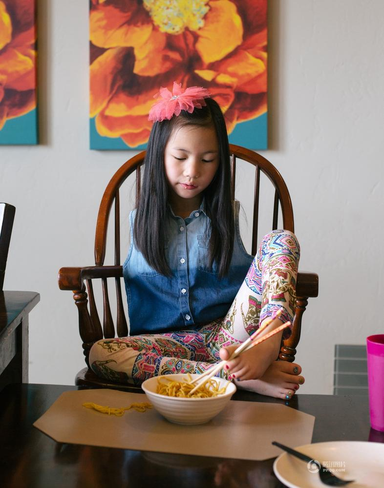 无臂女童被美国夫妇收养 用脚吃饭写字